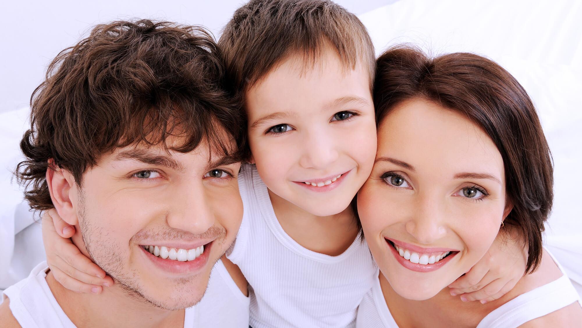 bellos rostros sonrientes de familia joven